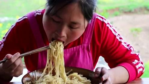 面条不要煮着吃,胖妹教你面条新吃法,吃一口毫无抵抗力的上瘾了!
