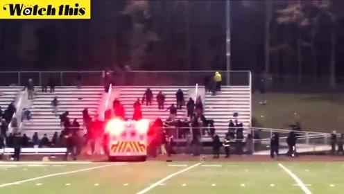 突发!美国一高中橄榄球赛现场突发枪击案 观众四散逃离现场一片混乱