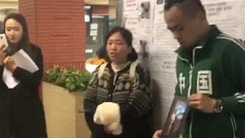 """现场!中国留学生在韩国怒斥""""港独"""" 张贴标语为祖国发声"""