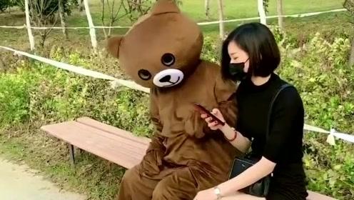 网红熊真的是越来越飘了,竟然敢欺负小姐姐,你就不怕挨打吗