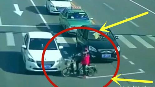 """大妈路口表演""""鬼探头"""",不料误入轿车盲区,监控拍下她生前最后一秒!"""