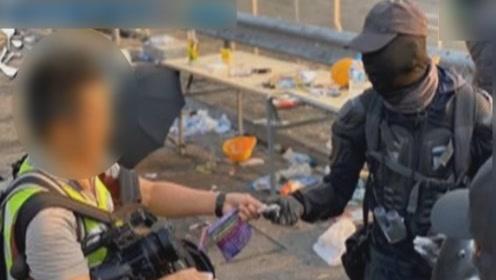 记者在港中大采访  被黑衣暴徒威胁交记忆卡