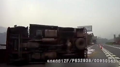 小车高速随意变道致货车侧翻 行车记录仪拍下惊险瞬间