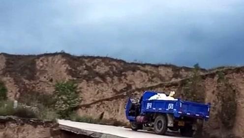 山区的惊现路段,一不小心就掉下悬崖,你敢走吗?