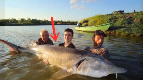 幸运钓到巨无霸,三个人轮流溜了1个小时,大鱼上岸激动了!