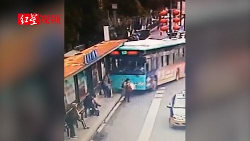 盐城一公交车冲上公交站台 两名乘客被撞伤
