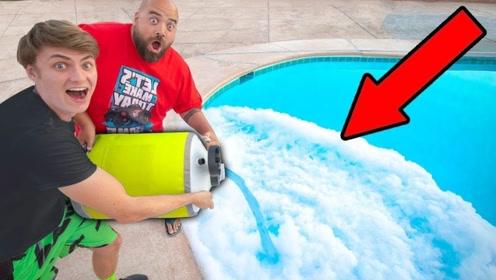 100升液氮倒入泳池会怎样?老外大胆一试,结果你猜怎么着?