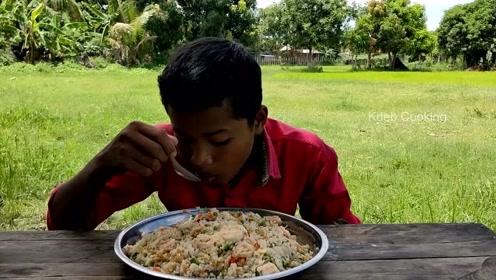 印度小伙子在野外做菜吃,看起来超有食欲的,你被馋到了吗?