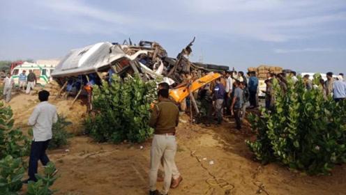 印度一公交车被货车撞翻致车头严重变形 至少14人死亡18人受伤