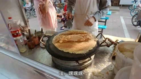 河北小情侣到天津旅游:南开大学的煎饼果子,7块钱一套真过瘾!