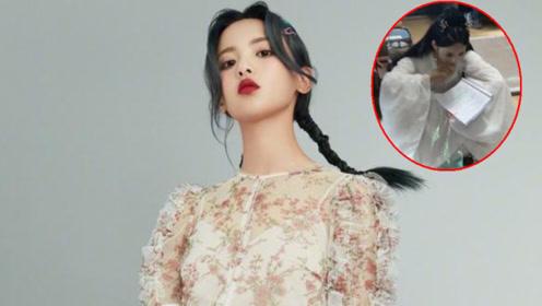 杨超越新戏造型既美又仙,蹲在地上看剧本,被赞撞脸早年刘亦菲?