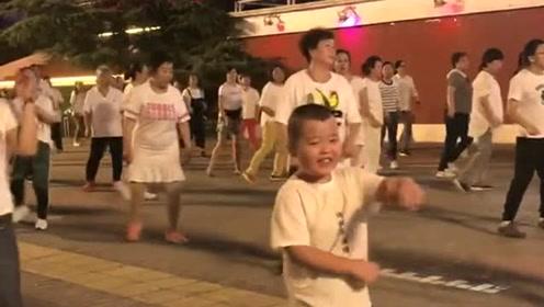 大家要看的小哥哥,动作和表情都可以出山了,舞动广场之巅的牛人!