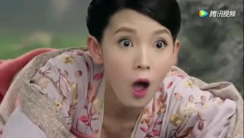 美女小莲藕看到一株青草!正要吃的时候!青草突然变成了这样