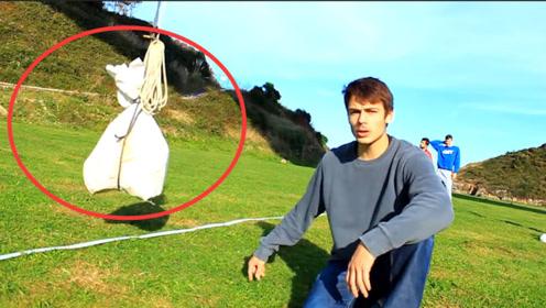 如何证明地球在转动?牛人将石头吊在44米高空,神奇一幕发生了!