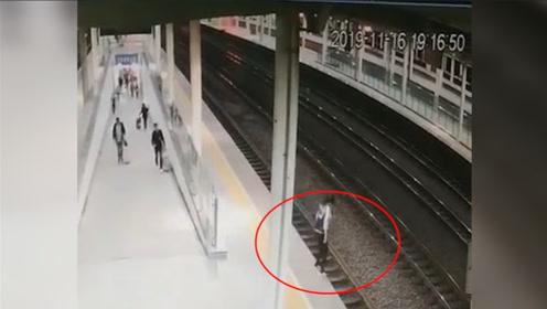 监拍!女子恋爱受挫跳轨轻生 车站客运员上演50秒惊险救援