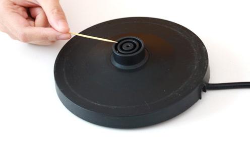 热水壶发生故障了,赶紧动一动底座这个地方,很快就能正常使用