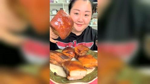 这么大块的红烧肉还是第一次见,吃的我都流口水