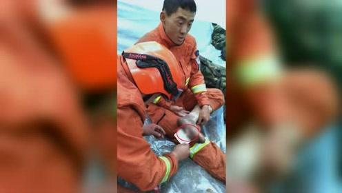 心疼!消防员灭火中脚底被扎伤 咬牙忍痛未出一声