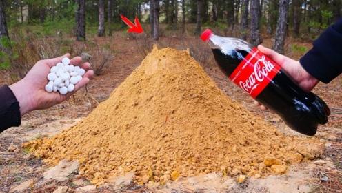 将可乐和曼妥思倒入洞中,会发生什么?画面简直太硬核了!