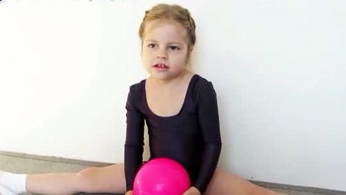 四岁小宝贝也有偶像!看俄罗斯萌娃模仿网红小姐姐的体操动作,小短腿萌哭网友