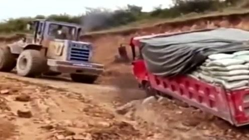 司机严重超载,走泥路车轮陷进去了,还请铲车师傅过来推!