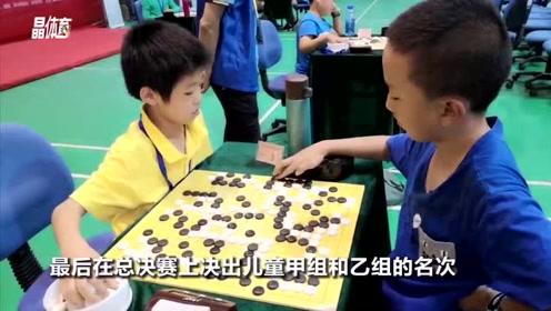 黑白棋子争锋对决,深圳青年夺得本土新棋王!
