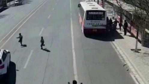 小男孩刚下公交车,就瞬间丧命,回放监控爸爸都崩溃了!