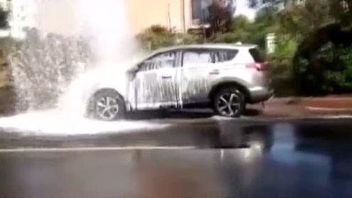 看到轿车身上的这些泡沫就知道,这司机原来早有预谋啊!