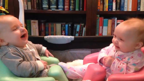 双胞胎小萌娃坐在一起聊天,你一句我一句聊得这个开心,都笑翻了