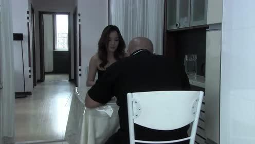 温柔的谎言:看着闷头吃饭的大奎,杨桃转过身去,拿碗坐在他面前