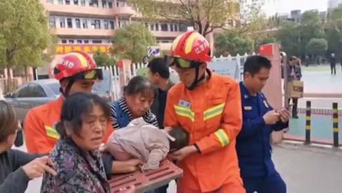 幼童手卡下水井盖缝隙中拿不出来 消防员端着井盖把孩子带回队里