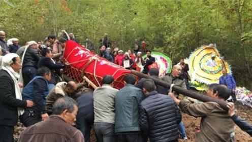 农村人去世出殡,为何棺材需要几十个人一起抬?听听老农怎么说
