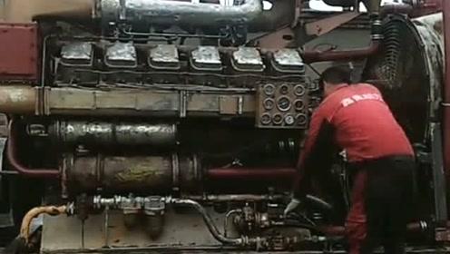 这是潜艇专用发动机,小伙子在这里试验,能做这种工作的不是一般人吧!