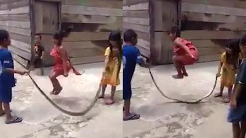 几名孩子用死蛇跳绳 尽情娱乐毫不畏惧