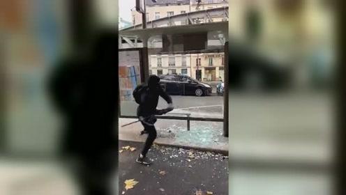 """现场!法国暴徒轮番砸踹车站玻璃,砸到""""怀疑人生""""无奈放弃"""
