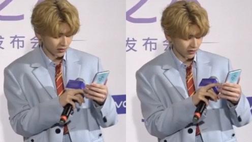 新生代爱豆不会玩智能手机?蔡徐坤玩手机划屏幕的样子像极老大爷