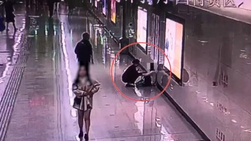 年轻女子加班一个月在地铁崩溃大哭:不敢在家哭怕吓到女儿