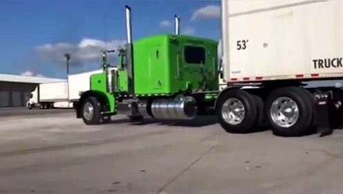 """老奶奶驾驶大型货车,技术不是一般的牛,这才是真正的""""老司机"""""""