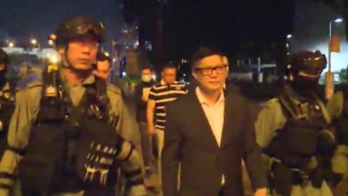 """上任首日,港警""""新一哥""""视察香港理工大外围 与一线同事交谈"""
