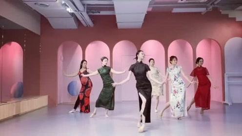 复古风格的旗袍美女们室内齐跳《莫问归期》,满满的韵味十足!