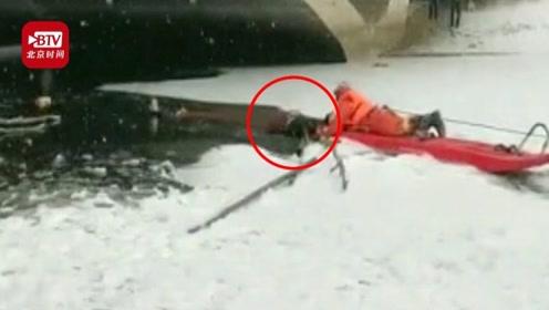 险!男孩滑冰坠湖母亲救人亦被困  消防员用绳子将两人拽出