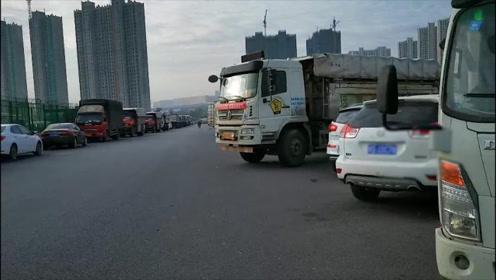 """郑州:好好的一座桥,咋成了""""大型停车场"""""""