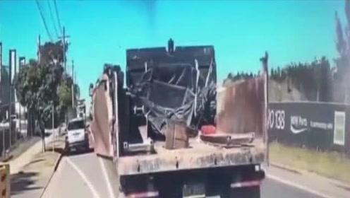 货车司机大意不关后门,结果甩上旁边豪车,货车司机准备卖车赔钱吧!