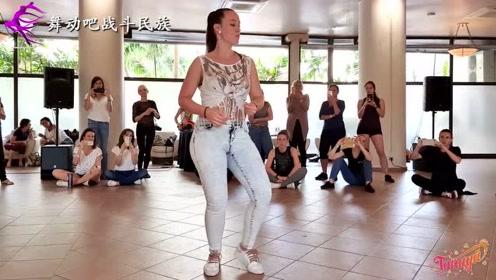 """收放自如!外国拉丁舞老师的基本动作示范,""""功底""""太深厚了"""