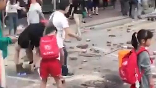 当清障队伍中出现小孩身影时,这一刻香港人都感动了……