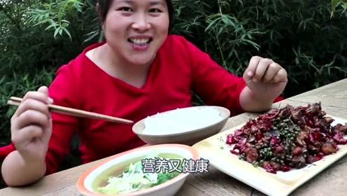 胖妹对自家土鸡下手了,胖妹拿出1斤辣椒做辣子鸡,闻着味都流口水