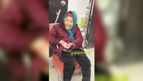 最幸福的孩子!107岁妈妈给84岁女儿捎糖吃 女儿笑的像个孩子