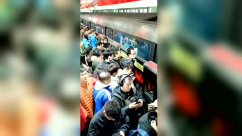 谁能告诉我,这地铁我怎么才能上去