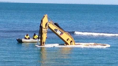挖掘机在海上工作,施工员在水下施工,这操作你见过吗