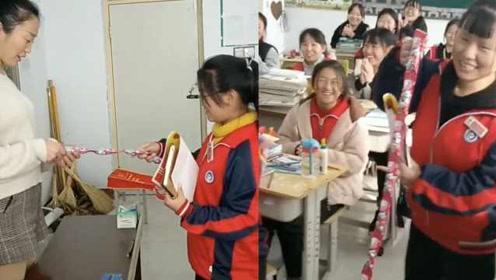 最甜班主任!90后女老师魔术式发糖颁奖:全班都是女生爱吃糖